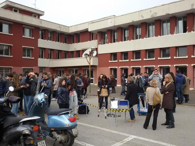 Studenti che osservano l'eclissi del 20/3/2015