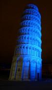 Torre di Pisa illuminata di blu